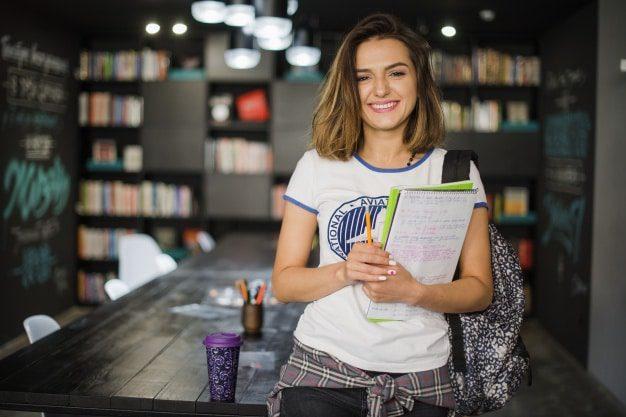 usmiechnieta studentka z plecakiem i notesem