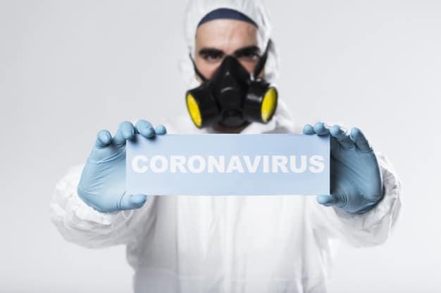 mezczyzna w stroju ochronnym przed koronawirusem