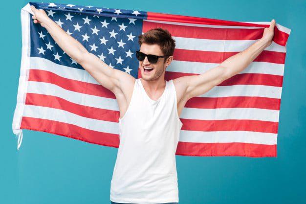 mezczyzna z amerykanska flaga