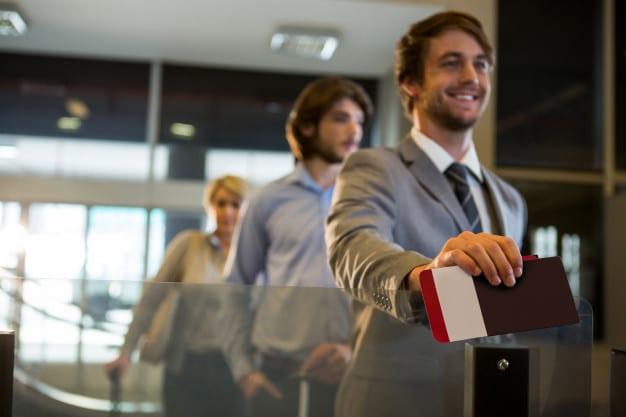 mezczyzna pokazuje swoje dokumenty na lotnisku
