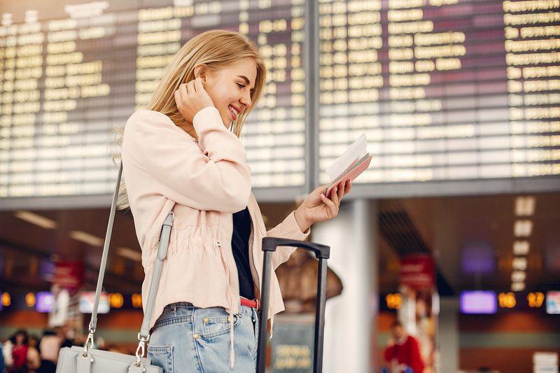kobieta czeka na lot